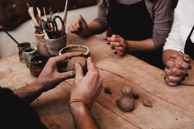 Handen werken met klei