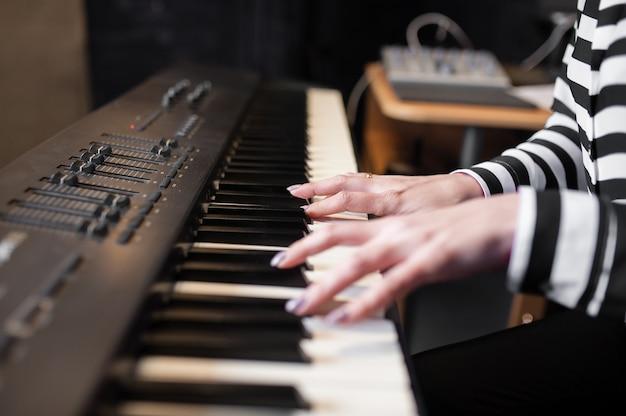 Handenmuziek, synthesizer, piano