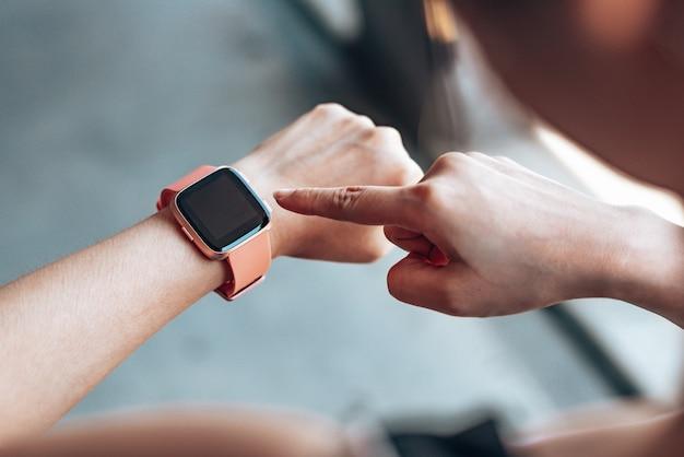 Handenvrouw die een smartwatch gebruiken