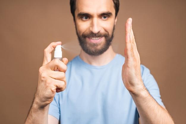 Handenwassen. man handen met behulp van washand sanitizer gel pomp dispenser voor bescherming coronavirus en bacteriën, gezondheidszorg concept. detailopname.