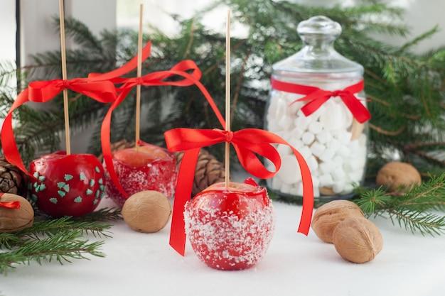 Handgedompelde karamelappels versierd voor nieuw jaar