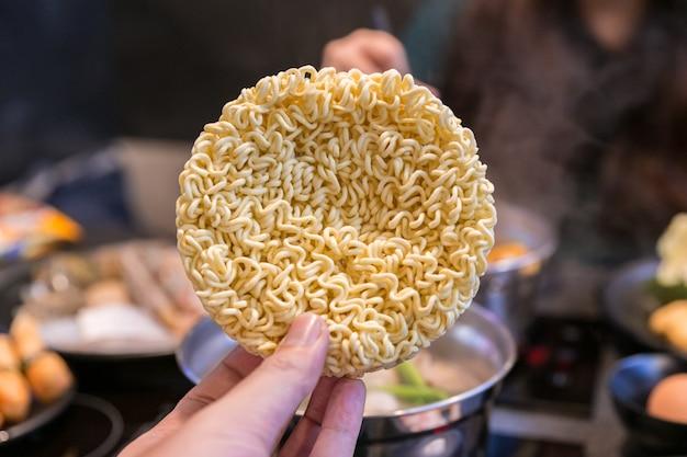 Handgeknipte koreaanse instant noodle of droge noedels in cirkelvorm.