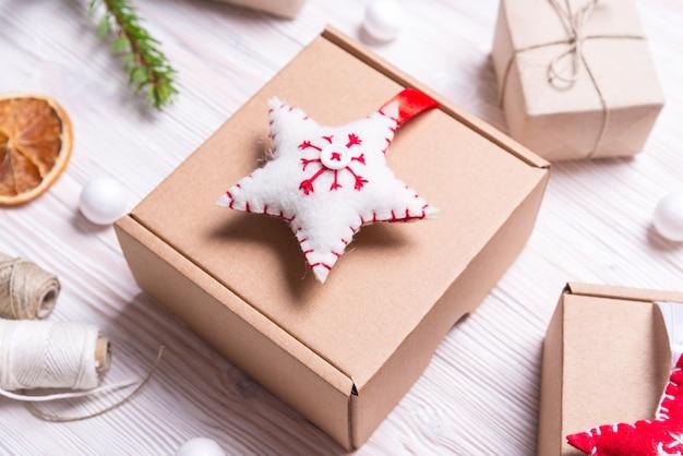 Handgemaakt decor met kartonnen doos, kerstconcept