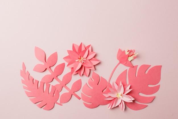 Handgemaakt decoratief papieren patroon van tropische monochrome bloembladeren op een pastel roze