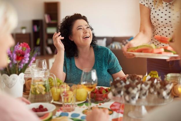 Handgemaakt diner met volwassen vrienden