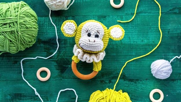 Handgemaakt gebreid speelgoed voor kinderen op tafel met apparatuur