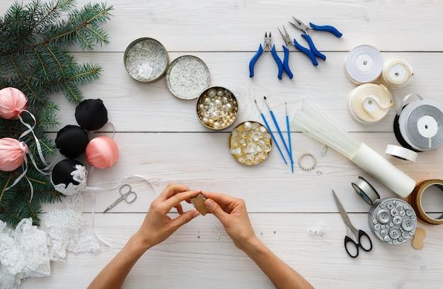 Handgemaakt gereedschap voor het maken van kerstversieringen, slingers en ballen