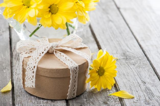 Handgemaakt geschenk en gele margrieten