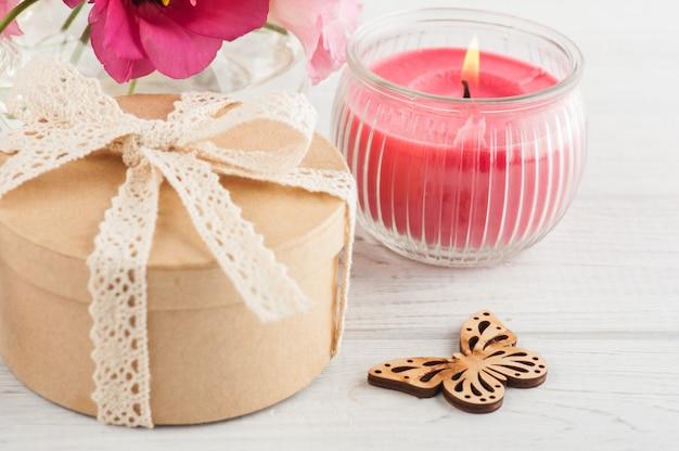 Handgemaakt geschenk en rode eustoma