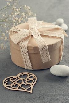 Handgemaakt geschenk met kanten strik, hart