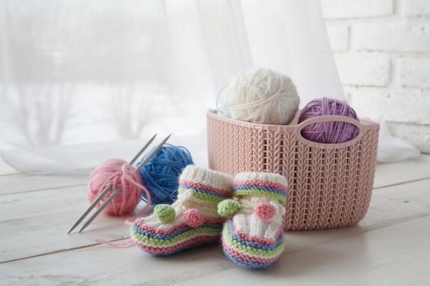Handgemaakt handgemaakt vrijetijdsconcept, thuisorganisatoren gekleurde manden met accessoires