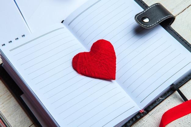 Handgemaakt hart boven agenda. 14 februari, valentijnsdag