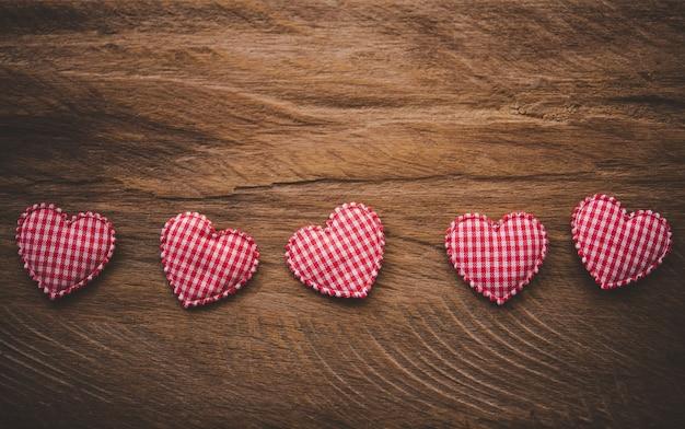 Handgemaakt hart op de houten vloer.