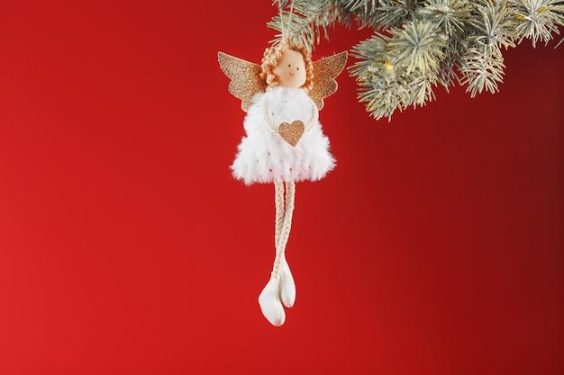 Handgemaakt kerst engel speelgoed op een kerstboom