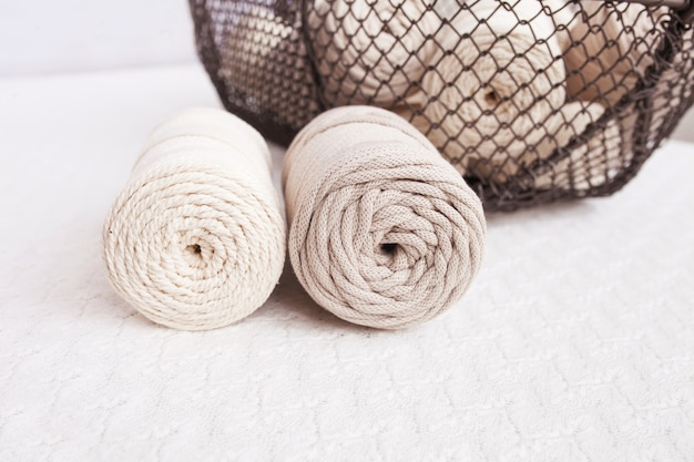 Handgemaakt macramé vlechtwerk en katoenen draden in mand