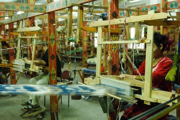 Handgemaakt op een houten weefgetouw vervaardiging van draad en stof in rebochem kamer en werkplaats