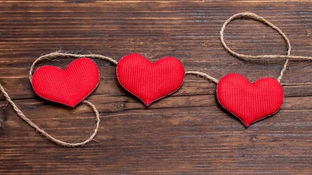 Handgemaakt rood hart in de buurt van touw. valentijnsdag kaart