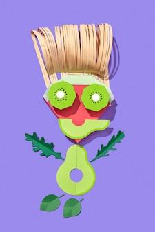 Handgemaakt van kleurrijk papier mannetje gemaakt van papercraft fruit en groenten op een paarse achtergrond met schaduwen, kopieer ruimte. veganistisch gezond eten.