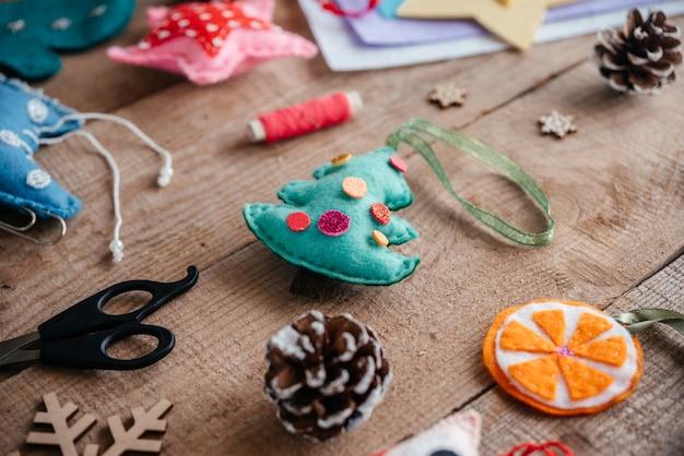 Handgemaakt vilten kerstboomornament, knutselideeën voor kerstmis en nieuwjaar