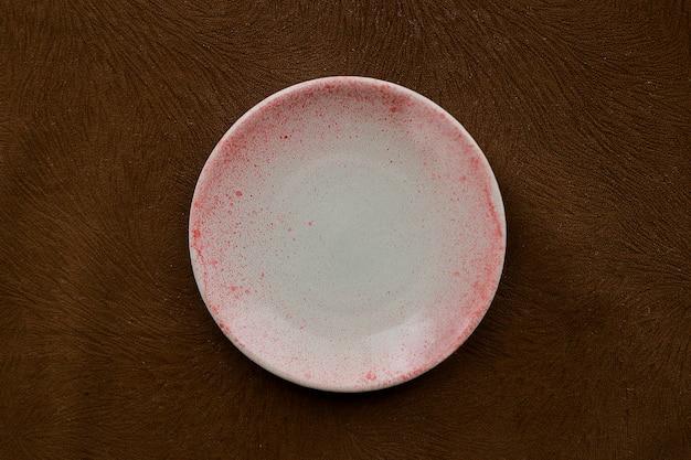 Handgemaakte aardewerk schotel bovenaanzicht