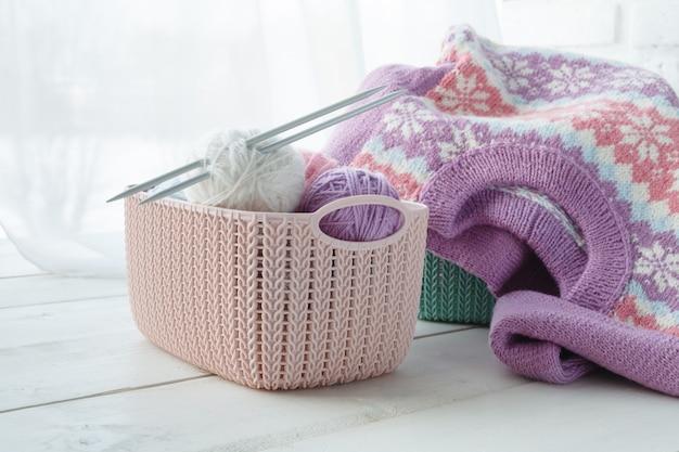 Handgemaakte accessoires huis organisatoren gekleurde manden met gereedschap op tafel