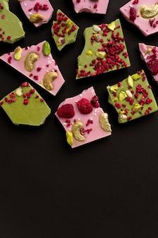 Handgemaakte biologische chocolade met bessen en noten