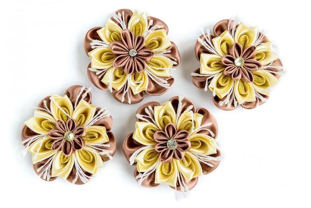 Handgemaakte bloemen van satijnen lint geïsoleerd