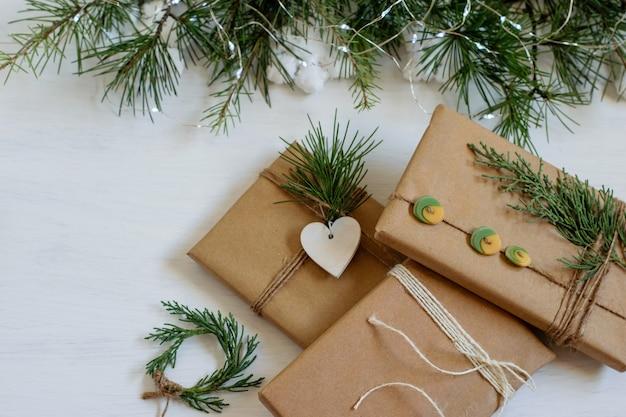 Handgemaakte cadeaus verpakt in bruin knutselpapier en geknoopt.