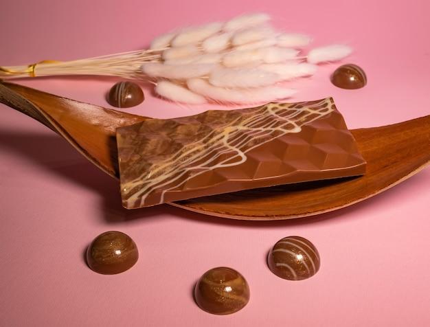 Handgemaakte chocolaatjes en snoep in de maak.
