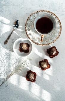 Handgemaakte chocolaatjes en truffels, hazelnoten, gedroogd fruit, limoenen, chocolade