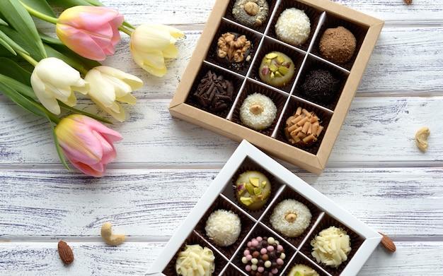 Handgemaakte chocolaatjes in een doos