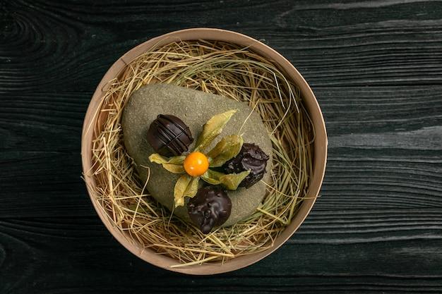 Handgemaakte chocolaatjes op een steen