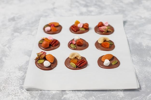 Handgemaakte chocolade mediants, koekjes, bites, snoepjes, noten. copyspace. bovenaanzicht