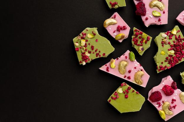 Handgemaakte chocolade met frambozen en gojibessen