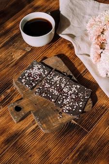 Handgemaakte chocolade op een houten ondergrond