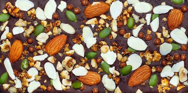 Handgemaakte chocoladerepen met diverse toppings van gedroogd fruit en noten.