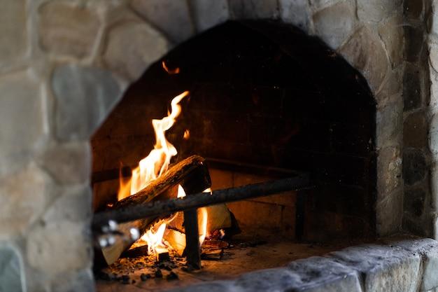 Handgemaakte clay stone bakstenen traditionele oven, gebakken concept.