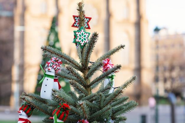 Handgemaakte davidsterren decoratie op een kerstboom doe-het-zelf ideeën milieu concept