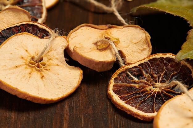 Handgemaakte decoratie van gedroogde vruchten op een donkere houten achtergrond met kopie ruimte. bovenaanzicht.
