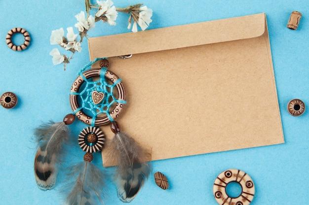 Handgemaakte dromenvanger en kraft envelop