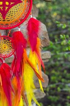 Handgemaakte dromenvanger met veren, draden en kralen touw opknoping