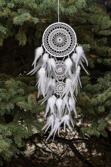 Handgemaakte dromenvanger met veren draden en kralen touw opknoping