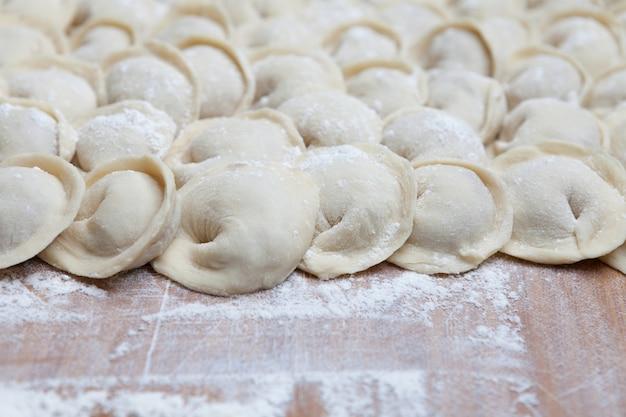 Handgemaakte dumplings op een bord.