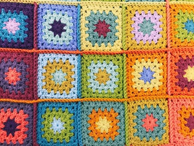 Handgemaakte gehaakte kleurrijke deken achtergrond en textuur