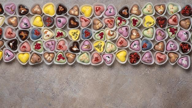 Handgemaakte gekleurde chocolade snoepjes met noten en gedroogde vruchten en bessen. candy achtergrond.