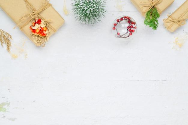 Handgemaakte geschenkdoos op witte achtergrond voor kerstmis en nieuwjaar.