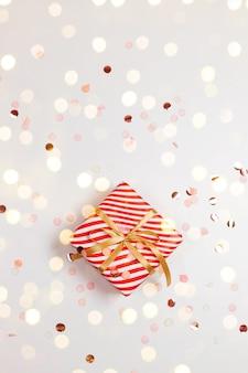 Handgemaakte geschenkdoos van kerstmis met gouden strik