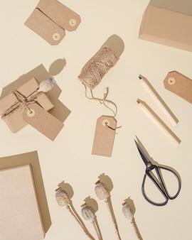 Handgemaakte geschenkdozen van ambachtelijk papier met tags versierde natuurlijke droge papaverbloem