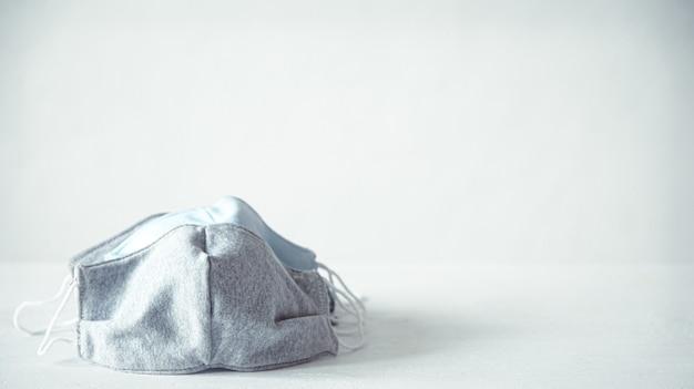 Handgemaakte gezichtsmaskers. herbruikbare linnen gezichtsmaskers tegen coronavirus.