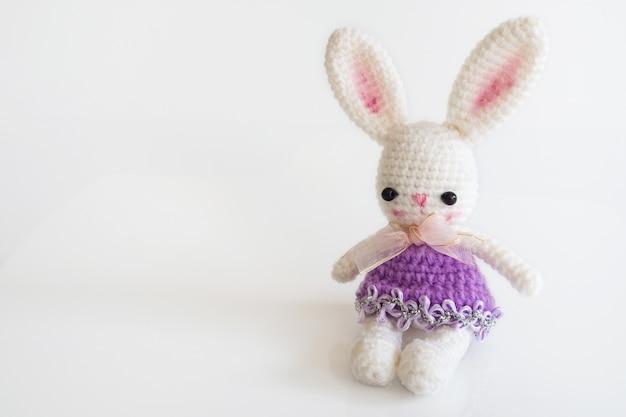 Handgemaakte haakpop. leuke konijnpop op witte achtergrond.